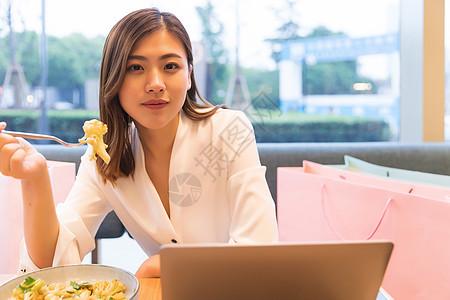 青年女性网购休息吃沙拉图片