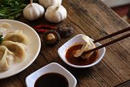 吃水饺时沾辣椒酱料图片