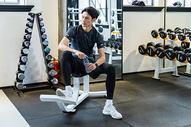 健身房男性青年健身休息图片
