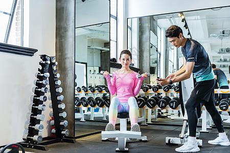 健身教练指导学员健身图片