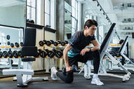 健身房男性青年健身举哑铃图片