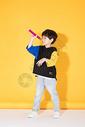 儿童教育小男孩手持超大铅笔学习500946057图片
