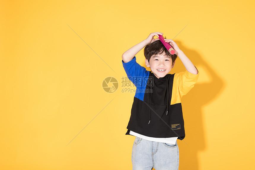 儿童教育小男孩手持超大铅笔学习图片
