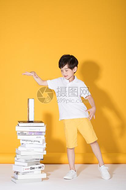 儿童教育小男孩和一堆书本图片