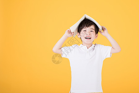 儿童节小男孩手持书本图片