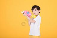 儿童小男孩手持玩具水枪图片