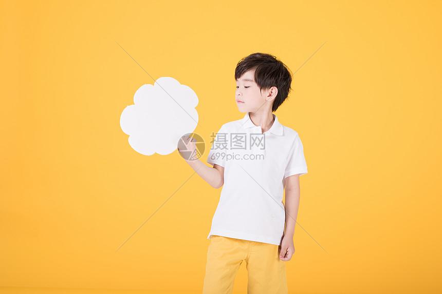 小男孩手持对话框儿童教育图片