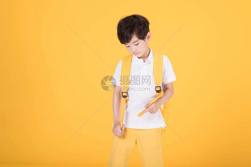 儿童小男孩背书包图片