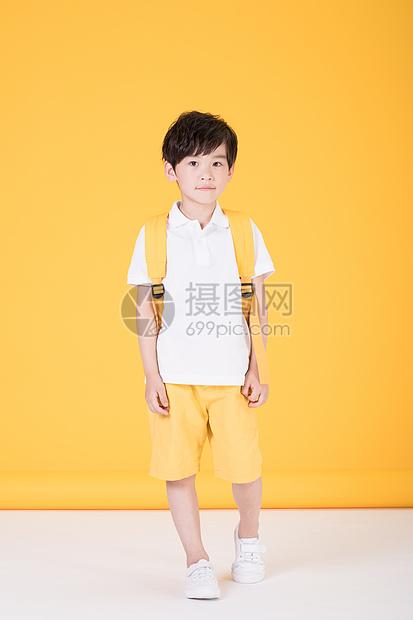 儿童教育背书包上学的小男孩图片