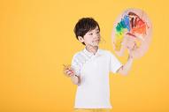 手持画板画画的小男孩儿童图片