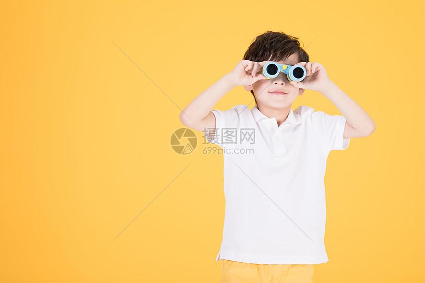 儿童小男孩手持望远镜玩耍图片