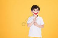 儿童小男孩手持搞怪嘴巴道具500946161图片