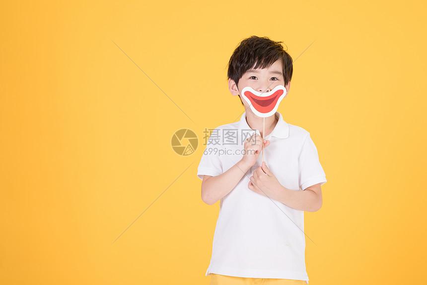 儿童小男孩手持搞怪嘴巴道具图片
