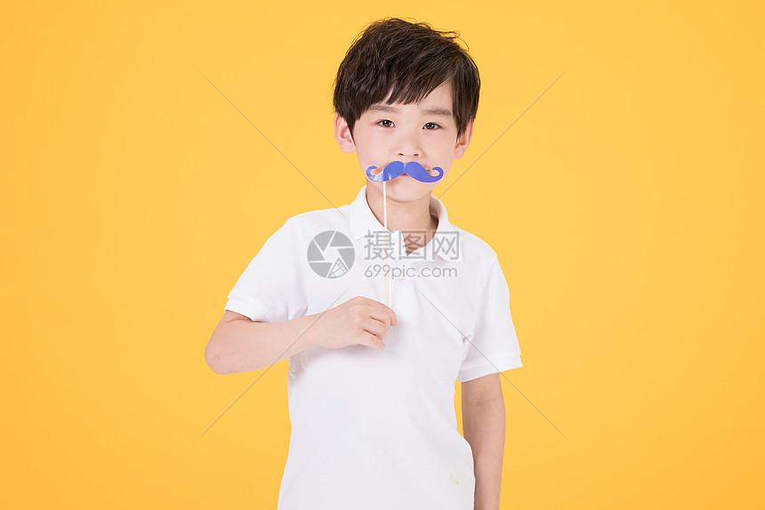 儿童小男孩手持搞怪胡子道具图片