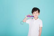 儿童教育小男孩手持超大铅笔学习500946189图片