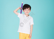 儿童教育小男孩手持超大铅笔学习500946211图片