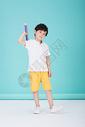 儿童教育小男孩手持超大铅笔学习500946212图片