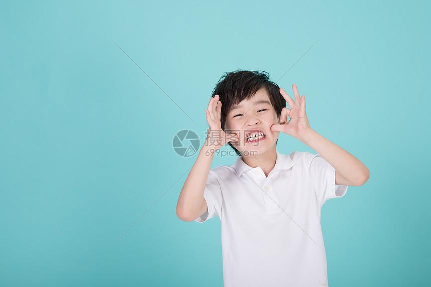 调皮淘气的小男孩儿童形象图片