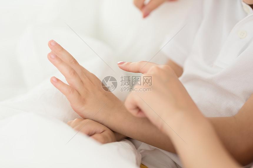 妈妈和孩子的手关爱呵护图片