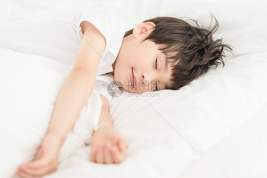 居家儿童床上睡觉图片