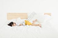 居家儿童床上玩耍调皮图片