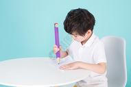 儿童教育小男孩手持超大铅笔学习500946249图片