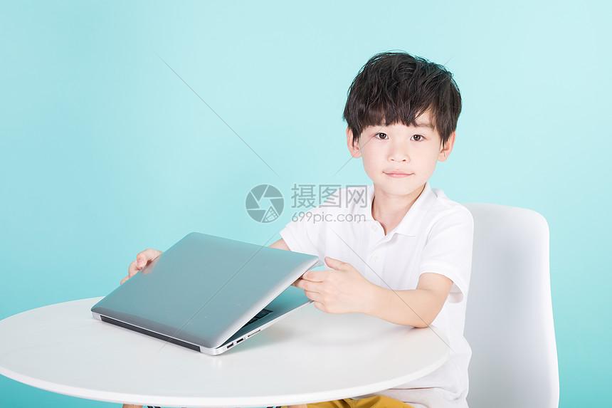 儿童教育小男孩使用电脑网上教育图片