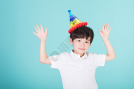 头戴生日帽的小男孩儿童童年图片