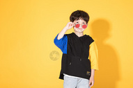 时尚儿童小男孩带卡通眼镜图片