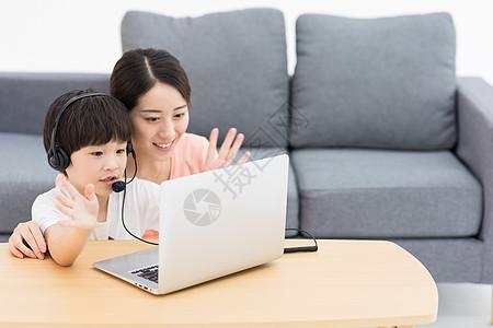 母亲陪伴儿子网上教育图片