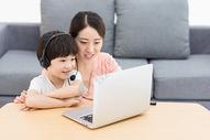 母亲陪伴儿子网上教育500946324图片