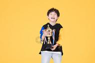 儿童小男孩手持奖杯童年生活图片