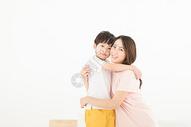 妈妈拥抱儿子亲情图片