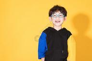 戴眼镜的儿童小男孩童年活泼500946468图片