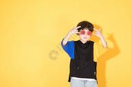 时尚儿童小男孩带卡通眼镜酷图片
