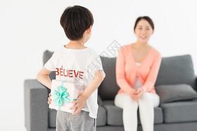 儿子送礼物给妈妈母亲节图片