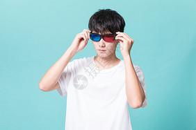 青年男性戴3D眼镜图片
