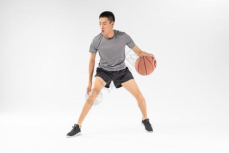 篮球运动员运球动作图片