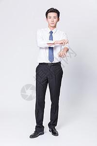 商务男性整理衣袖图片