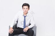 商务男士整理领带图片