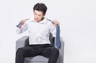 解领带的商务男性图片