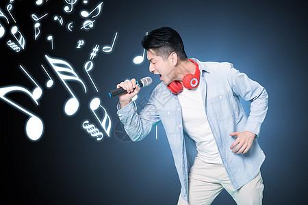 唱歌的年轻人图片