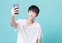 青年男性手机自拍图片