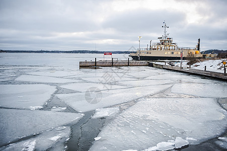 芬兰堡码头浮冰河面图片