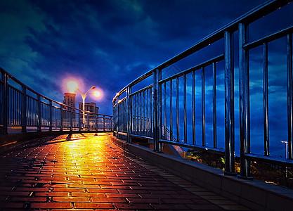 暴风雨天深蓝忧郁的天桥和路灯图片