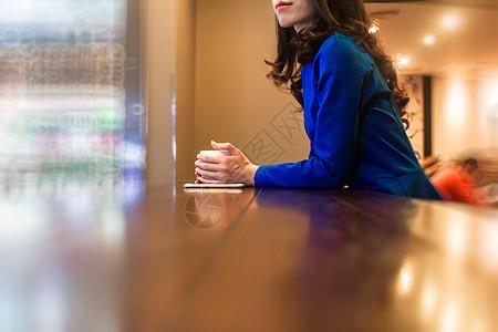 星巴克喝咖啡等待的女人图片