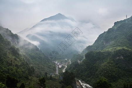云山雾绕的神农架林区图片