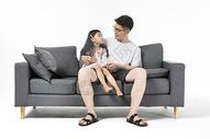 爸爸给女儿讲故事图片