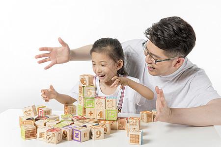 爸爸陪孩子玩积木图片