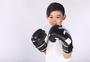 男孩子戴着拳击手套图片